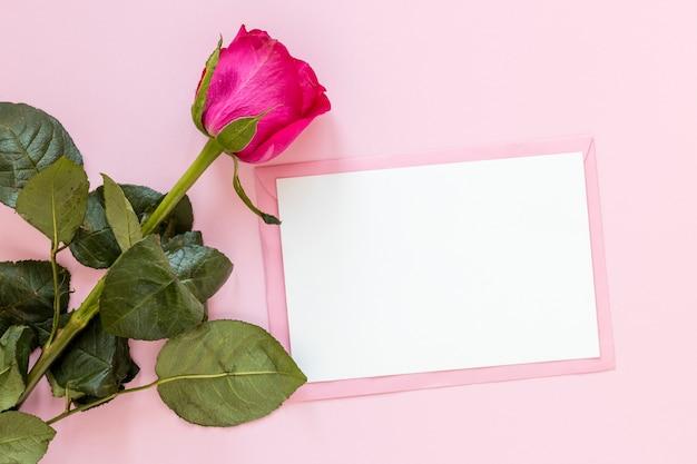 Rose avec du papier pour la saint-valentin