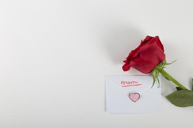 Rose et enveloppe