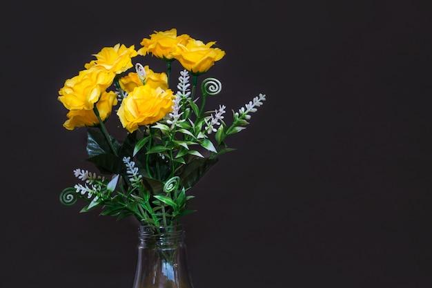 Rose fausse fleur et fond floral