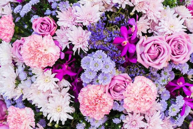 Rose et fleurs violettes