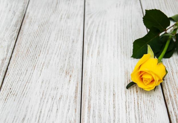 Rose jaune sur une table
