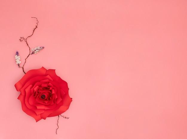 Rose en papier rouge