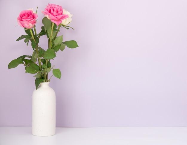 Rose placée sur le bureau en surface bleue