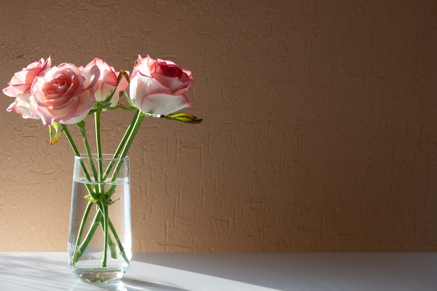 Rose romantique rouge dans un vase de verre