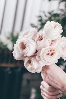 Rose rose en bouquet de fleurs de mariées