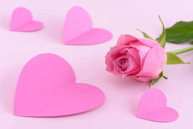 Rose rose avec des coeurs, fond de saint valentin