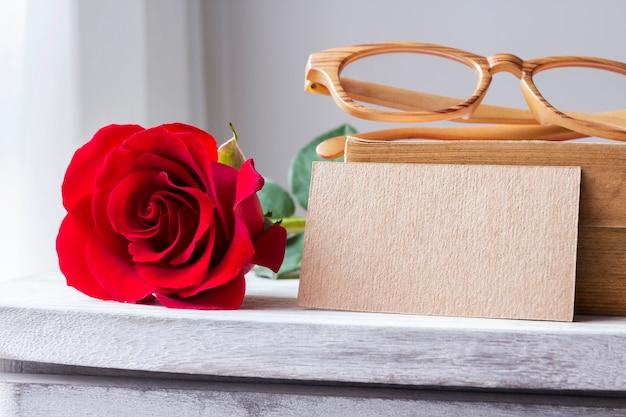 Rose rouge et blanc papier brun sur armoire vintage