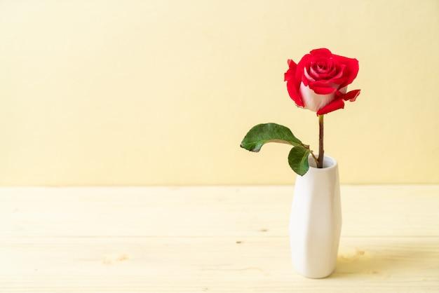 Rose rouge sur bois