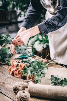 Rose rouge en bouquet de fleurs de mariées