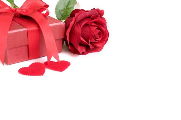Rose rouge avec cadeau et deux coeurs