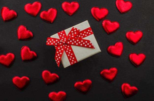 Rose rouge et coeurs de saint valentin sur bois. espace de copie pour le texte