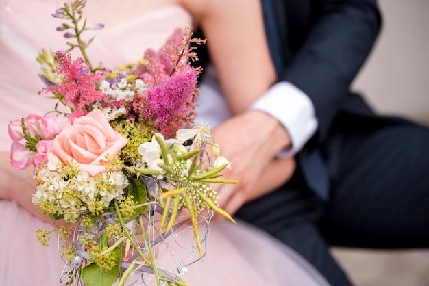 Rose rouge comme un bouquet de mariée créatif orné de perles