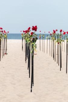 Rose rouge dans le sable de la plage de copacabana à rio de janeiro au brésil.