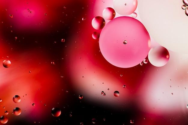 Rosée rougeâtre d'un fond abstrait matin aqueux