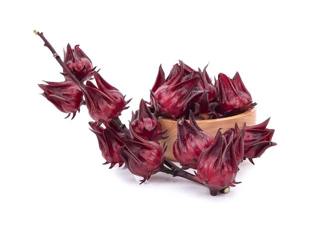 Roselle hibiscus sabdariffa fleur de fruit rouge sur surface blanche.