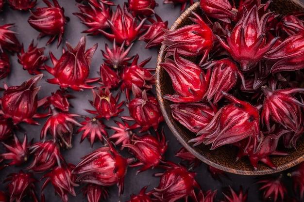 Roselle rouge fraîche utilisée pour le concept d'herbes ou d'aliments