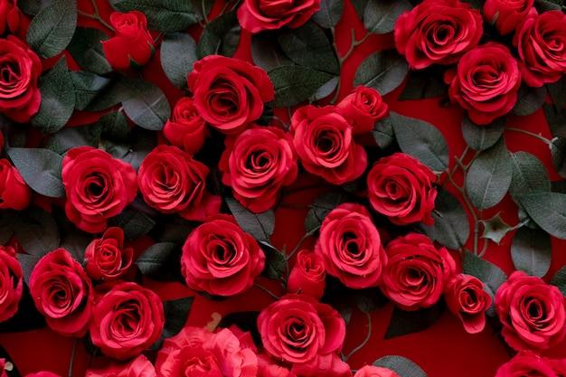 Roses artificielles collées au mur.