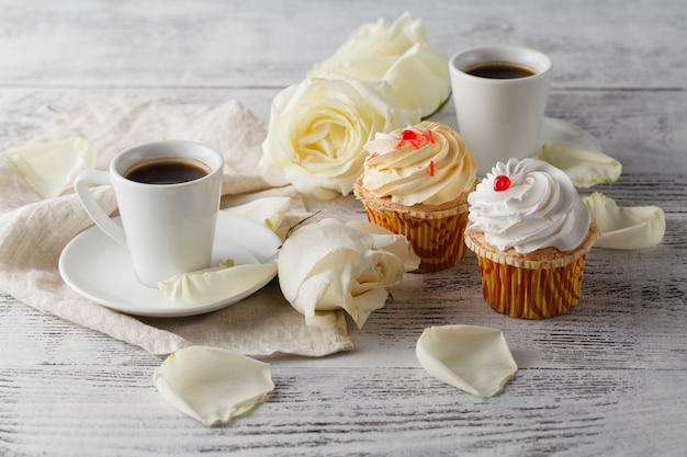 Roses blanches et café noir sur blanc