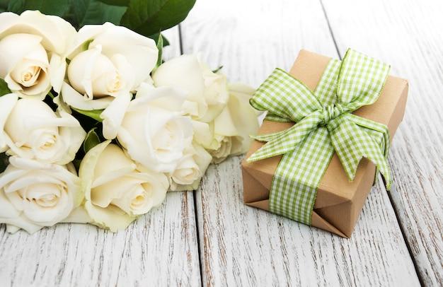 Roses blanches et coffret cadeau