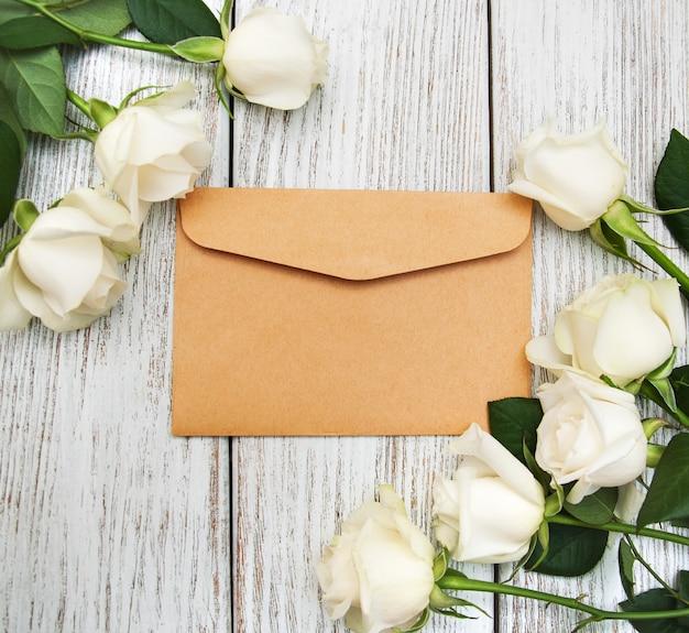 Roses blanches et enveloppe