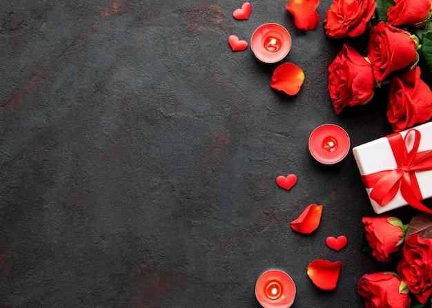 Roses et bougies avec cadeau
