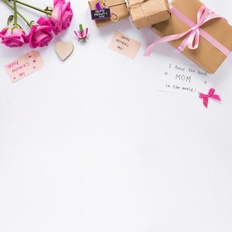 Des roses avec des cadeaux et j'ai la meilleure inscription de maman au monde