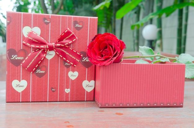 Roses et cadeaux à l'occasion de la saint-valentin.