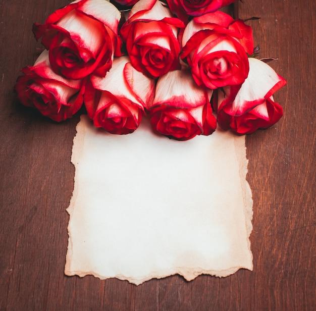 Roses et carte vierge en lambeaux sur la table