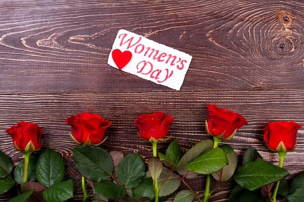 Roses et carte de voeux. fleurs et coeur sur carte. créé avec amour. combinaison bloom et fait main.
