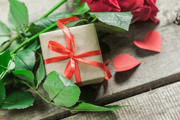 Roses et un cœur sur planche de bois, fond de saint valentin