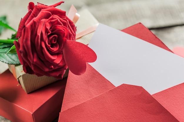 Roses et un coeur sur une planche de bois