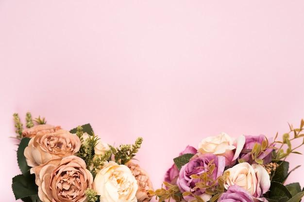 Roses fleuries avec copie-espace