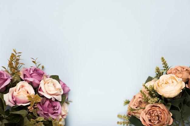 Roses fleuries à plat avec copie-espace