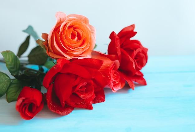 Roses en fleurs sur fond bleu. espace pour le texte
