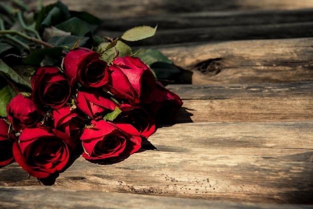 Roses sur un fond en bois marron. fond du concept de jour de la saint-valentin et le concept de l'amour.