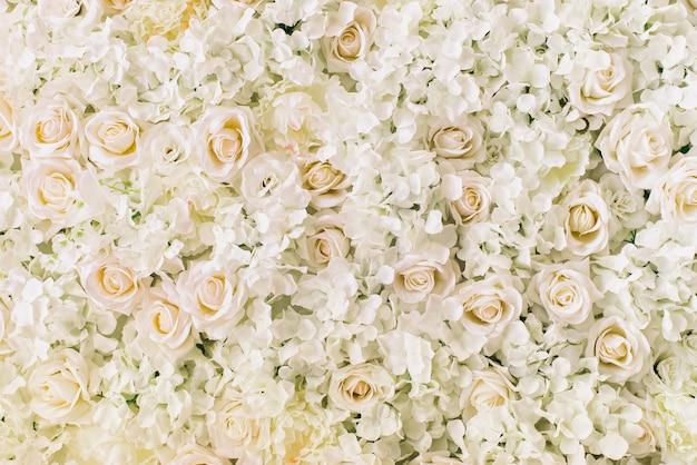 Roses, hortensias, fleurs de pivoines en arrière-plan