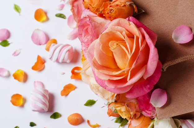 Roses isolés sur blanc.
