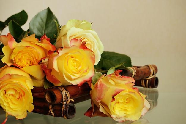 Roses jaunes sur fond beige