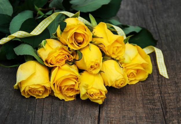 Roses jaunes sur une table