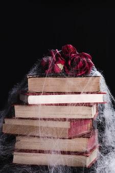 Roses et livres avec toile d'araignée