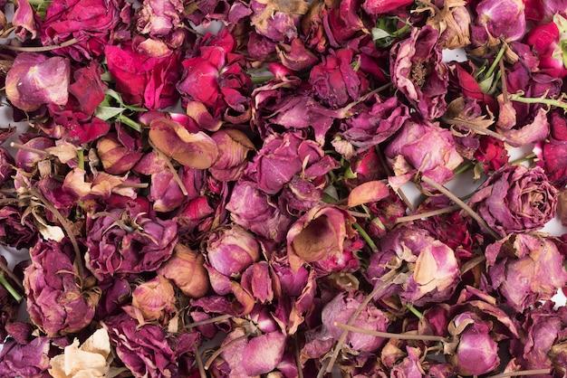 Roses mélangées avec des pétales et des branches