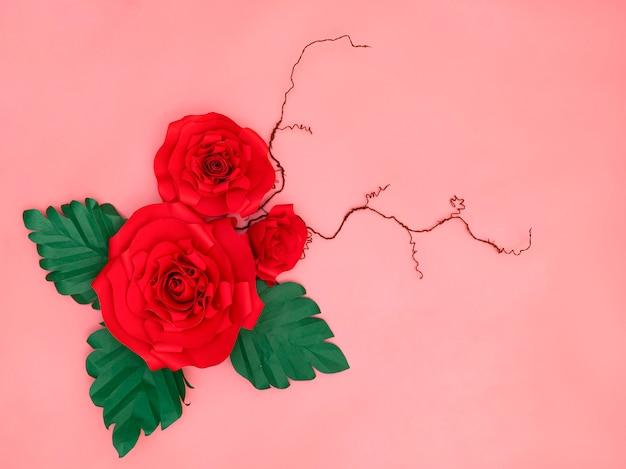 Roses en papier rouge