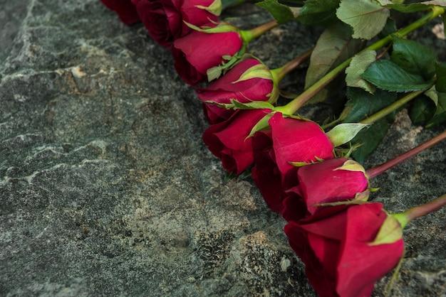 Roses sur la pierre. fond du concept de jour de la saint-valentin et le concept de l'amour. copier l'espace pour le texte.
