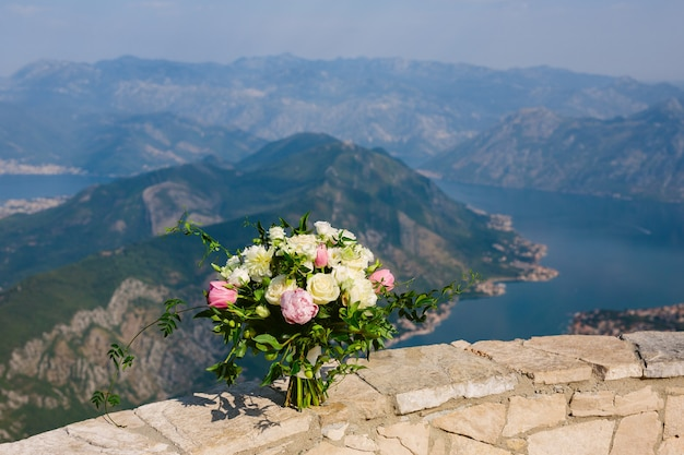Roses et pivoines de mariage sur un fond de la baie de kotor