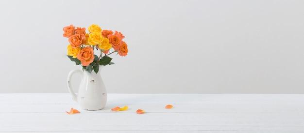Roses en pot blanc