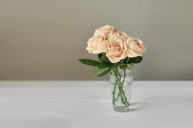 Roses pour la fête des mères, modèle de carte pour le 8 mars