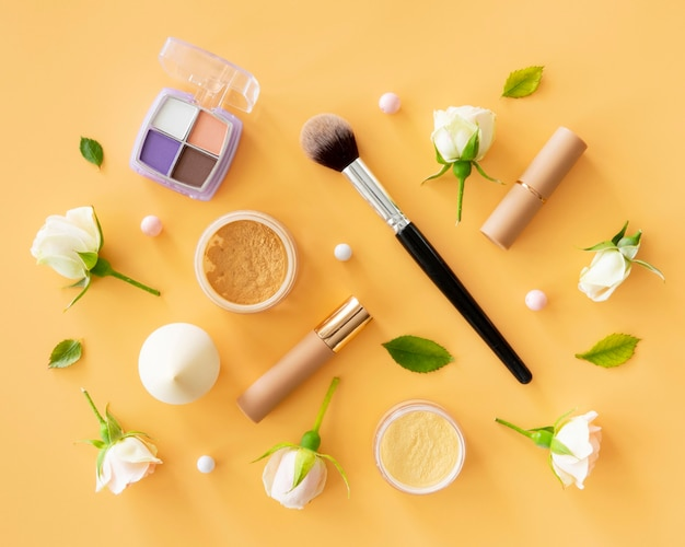 Roses et produits de maquillage