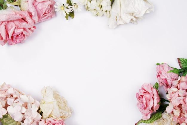 Roses roses et beiges sur fond blanc. fond de mariage.