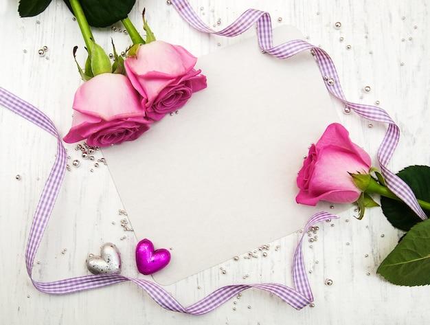 Roses roses et carte de voeux