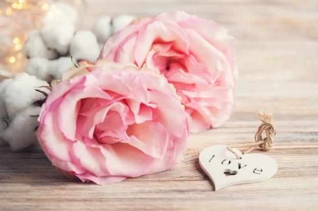 Roses roses, coeur blanc